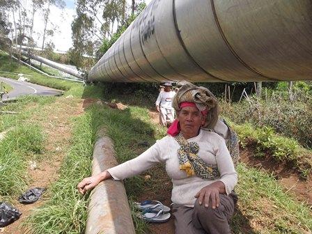 Buruh Tani Rehat Di Bawah Pipa Raksasa Geothermal.