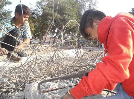 Kini Menyisakan Bongkahan Bekas Besi Beton Serta Serpihan Bekas Tembok Bangunan.
