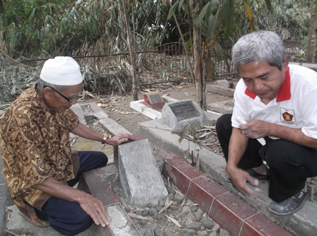 Berjiarah Bersama Pengurus Makam, Abah Ito.