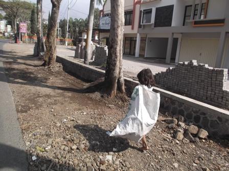Anak Pemulung Berusia Sekolah Mengais Rezeki.