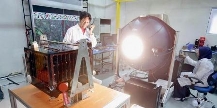 Satelit Lapan A2/Orari (kiri) menjalani persiapan akhir di Pusat Teknologi Satelit Lembaga Penerbangan dan Antariksa Nasional (Lapan) Rancabungur, Bogor, Senin (31/8/2015). Mikro satelit dengan berat 78 kilogram itu akan diluncurkan pada 27 September 2015 dari Pusat Antariksa Satish Dhawan, India. (Lastri Kurnia/KOMPAS).