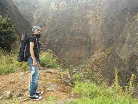 Para Pendaki dan Pecinta Alam Bergegas Turun Gunung. (Foto : John Doddy Hidayat).