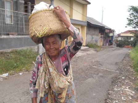 Sejak Gadis Hingga Kini Jajakan Dagangan Sayuran Dari Pasar Ciawitali ke Kampung Genteng Hingga Samarang.