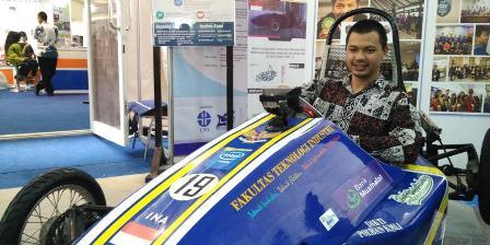 Muhammad Fanriado dan mobil listrik berbasis Android, Kaliurang UNISI. (Yunanto Wiji Utomo/Kompas.com).