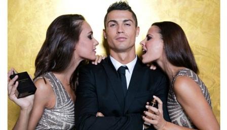 Bintang Real Madrid, Cristiano Ronaldo berpose dengan model saat peluncurang minyak wangi 'Cristiano Ronaldo Legacy' di Madrid, Spanyol, 9 September 2015. Getty Images for Cristiano Ronaldo Legacy