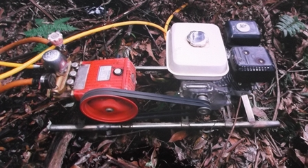 Pompa Air Pinjaman Dari Petani Setempat, Padamkan Bara Api.