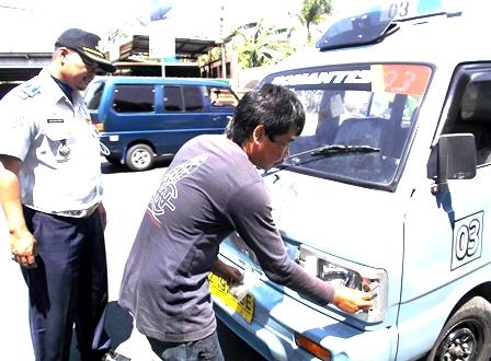 Dadan Ganjar Nugraha Saksikan Langsung Operator Angkot Perbaiki Kelengkapan Kendaraan Bermotor.