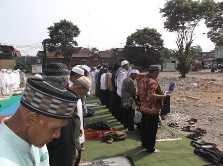 Dipimpin Iman/Khotib KH. Tanthowi Musaddad.