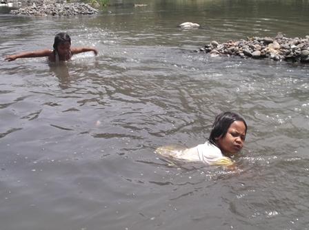 Anak-anak Kampung Cimacan Kerap Berenang Pada Air Keruh dan Berbau Sungai Cimanuk.