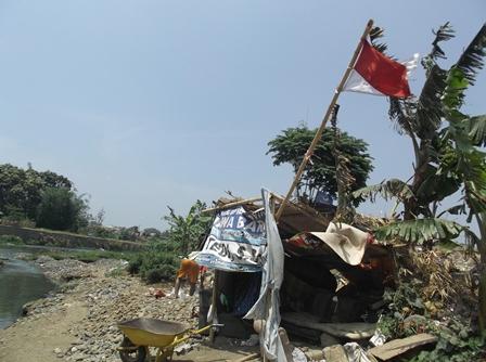 Pangkalan Istirahat Penambang Pasir dan Batu Sungai Cimanuk di Kampung Cimacan.