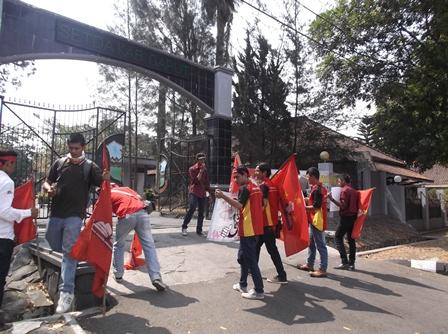 Unjukrasa Berlanjut di Depan Pintu Gerbang Kantor Bupati Garut.
