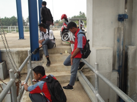 Mejeng di Bendung Copong Garut Saat Berlangsung Jam Sekolah.