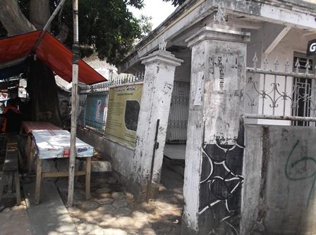 Kian Merusakan Tembok Serta Pelataran Bangunan Rumah Penduduk.