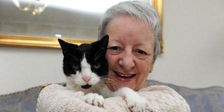 Sue memeluk kucingnya Tom yang membantu deteksi kanker di lehernya. (dok. Dailymail).
