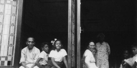Achmad Mochtar (kiri) beserta keluarganya di kediamannya di Jalan Raden Saleh, Cikini, Jakarta Pusat. Dipotret pada tahun 1940. (Taty Hanafiah D. Uzar).