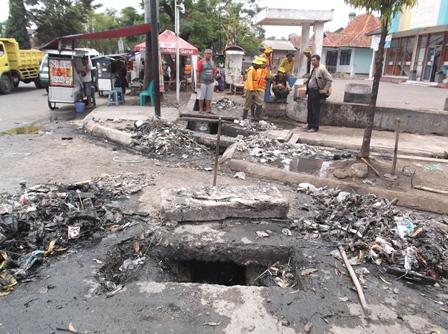 Sampah Bundaran Simpang Lima Garut, Jadikan Lingkungan Kumuh dan Berpenyakit.