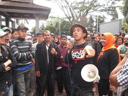 Basar Berorasi Saat Berunjukrasa, Rabu (10/12-2014).
