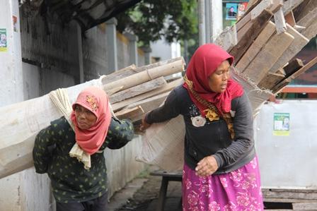 Dua Ibu Berwajah Penat Ini, Mengais Kayu Bakar Melintasi Perjalanan Sejauh Beberapa Kilometer Dibawa ke Kampungnya, Ciseke, Garut, Jabar.