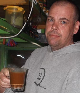 "Ilustrasi, Profil inspiratif, Kamis (02/10-2014), Garut News mengangkat sosok lelaki berusia 40 tahun asal Kota Amsterdam Belanda.Sejak Januari 2014 mengelola ""Kedai Kopi Stephan"" pada emperan Kota Garut, Jawa Barat, tepatnya di pinggiran Jalan A.Yani.Stephan Rosenmuller, ayah tiga anak beristrikan penduduk Garut, dan kini berdomisili di Samarang Garut tersebut, mengaku ""tak merasa turun gengsi"" mengelola kedai kopi di pinggiran jalan. Yang penting berpenghasilan tak di bawah ""Upah Minimum Kabupaten"" (UMK) Setempat."
