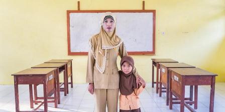 Ratna di ruang kelas tempatnya mengajar serta putrinya, Amel. (Andri Tambunan).