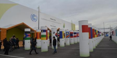 Bendera negara anggota UNFCCC yang dipasang di hamalan gedung COP 21, UNFCCC, Paris, Prancis di Lebourget. (Kompas.com/Firmansyah).