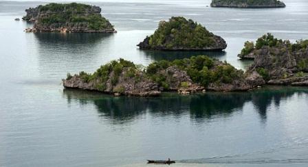 Sebuah Kapal melintas di antara gugusan pulau menonjol, keindahan wilayah ini telah terkenal hingga mancanegara. Raja Ampat, 26 April 2015. TEMPO/Hariandi Hafid
