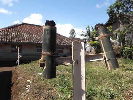 Penduduk Kampung Cicurug, Pasirwangi, Garut, Jawa Barat, Hanya Mampu Bisa Berpenerangan Obor Meski di Perut Buminya Bersemayam Limpahan Energi Geothermal.