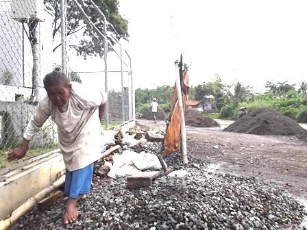 Tua Renta Buruh Pemecah Batu  Pinggiran Sungai Cimanuk Garut, Jawa Barat..