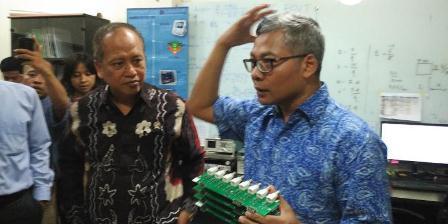 Menristek Dikti, M Nasir mendengarkan penjelasan Warsito P Taruno tentang alat terapi kanker inovasinya pada Senin (7/12/2015).