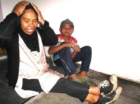 Ibu dan Anak Berteduh.