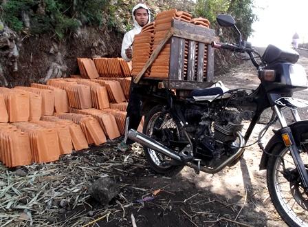 Ujang Dengan Modivikasi Sederhana Sepeda Motornya.