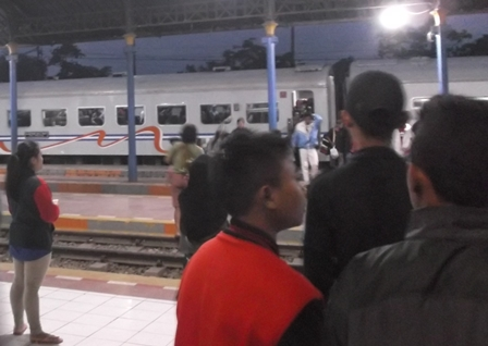 Para Perantau Asal Garut Masih Berdatangan di Stasiun Cibatu, Jum'at (31/12-2015) Malam.