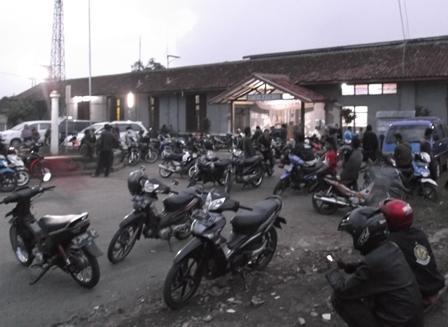 Suasana Pelataran Halaman Stasiun Cibatu, Kamis (31/12-2015).