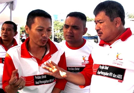 """Bupati Rudy Gunawan antara lain didampingi Pengelola Program """"Komisi Penanggulangan AIDS"""" (KPA) kabupaten setempat, Gunturyana Hidayat, SE . membantah keras Ada PNS Pemkab Garut Didera HIV/AIDS."""