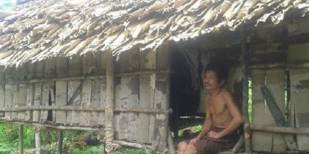 Orang Rimba di wilayah Bukit Subang, perbatasan Taman Nasional Bukit Duabelas, Jambi bersama rumah sederhananya yang disebut Rumah Godong. (Yunanto Wiji Utomo).