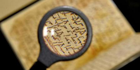 Marie Sviergula, konservator dari Universitas Birmingham, memegang Al Quran tua di Birmingham, Inggris, 22 Juli 2015. Tes ilmiah membuktikan naskah Al Quran adalah salah satu teks tertua dan mungkin ditulis oleh orang dekat Nabi Muhammad. (AFP PHOTO / PAUL ELLIS).