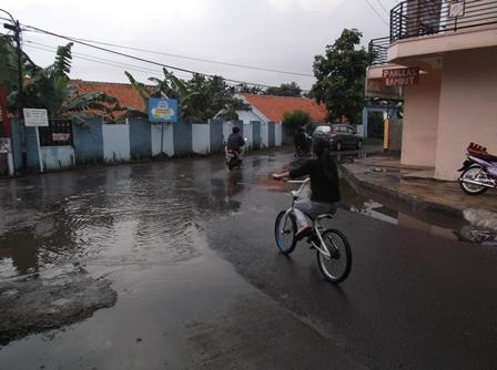 Jalan kelurahan Jayawaras, Tarogong Kidul, Juga Sering Tergenang Air.