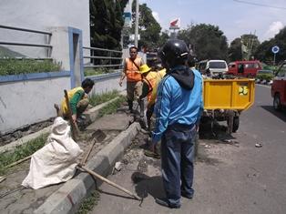 Kerja Sosial Antara Lain Membersihkan Tumpukan Sampah Pada Drainase Seputar Bundaran Jalan Guntur, Garut.