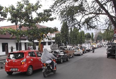 Kerap Terjadi Antrian Panjang Kendaraan Dari Bundaran Simpang Lima Tujuan Bandung.