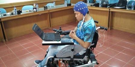 Kompas.com menjajal kursi roda teknologi electroencephalography (EEG) yang dikembangkan Lembaga Ilmu Pengetahuan Indonesia (LIPI) pada Rabu (27/1/2016. (Kompas.com).