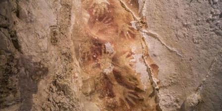 Foto yang dirilis jurnal Nature, 8 Oktober 2014, menunjukkan gambar tangan ditemukan di dinding gua di Karst Maros karst, Sulawesi Selatan. Lukisan berusia 40.000 tahun, menunjukkan bahwa Eropa tidak lagi dinobatkan sebagai tempat kelahiran seni lama ini. (AFP PHOTO / NATURE / KINEZ RIZA).