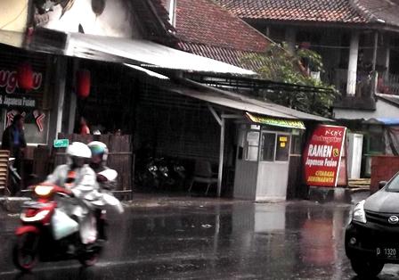 Tancap Gas Pulang Meski Diguyur Hujan Deras.