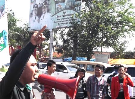 Aksi Unjukrasa di Bundaran Simpang Lima garut, Rabu (27/01-2016).