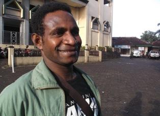 Benny Birif(24), Asal Merauke Papua, Mahir Menampilkan Tarian Papua.