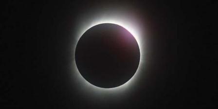 Gerhana matahari total pada 22 Juli 2009 dilihat dari Kota Chongqing, China. Kamera Canon EOS 1D Mk3, ISO 800, rana 1/100 detik, diafragma 6,3, aperture priority dengan kompensasi minus 3, lensa 400 milimeter, dengan krop. Arsip Agatha Bunanta, pernah dimuat Kompas, 4/8/2009. (Agatha Bunanta).