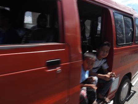 Kian Merebak-marak, Anjal Mengamen di atas Moda Angkot.
