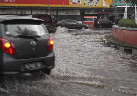 Lintasan Jalan Seputar Bundaran Simpang Lima Dibanjiri Derasnya Luapan Air.