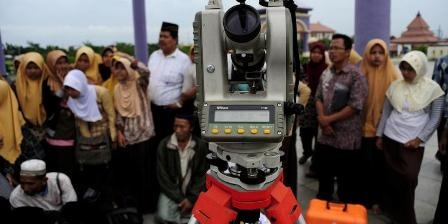 Lajnah Falakiyah NU Kabupaten Gresik dan warga melihat proses pengamatan terjadinya gerhana matahari cincin di Masjid Agung Jawa Tengah, Kota Semarang, tahun 2010. (KOMPAS/P RADITYA MAHENDRA YASA).