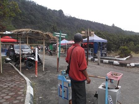 Para Pedagang Serbu Gunungapi Papandayan.