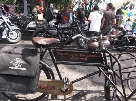 Komunitas Sepeda Onthel, Serta Motor Gede Juga Ikut Serta Menyemarakan Parade Mobil dan Kendaraan Hias.